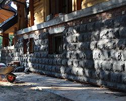 Фасад дома из базальта Арамус