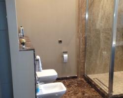 Облицовка стен ванной мрамором Имперадор дарк и Имперадор лайт
