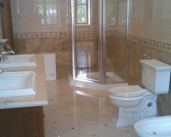 Облицовка стен ванной комнаты мрамором Крема нова и Имперадор лайт