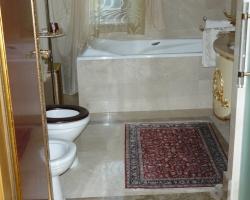 Подиум для ванны и пол мрамор Крема нова