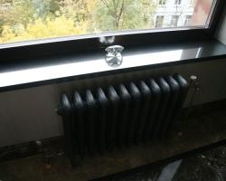 Подоконник в офисном помещении гранит Блек гелакси
